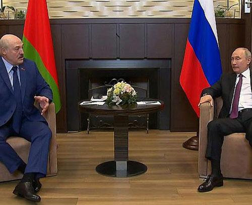 پوتین در برابر اعتراض غرب به ماجرای نشاندن هواپیما از لوکاشنکو حمایت میکند