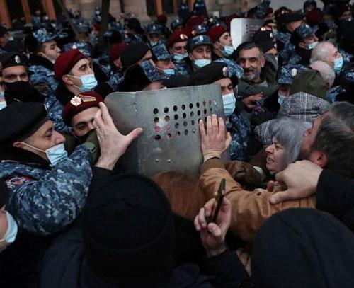 بحران سیاسی در ارمنستان؛ پاشینیان با رد درخواست استعفا از قصد کودتای نظامیان خبر داد