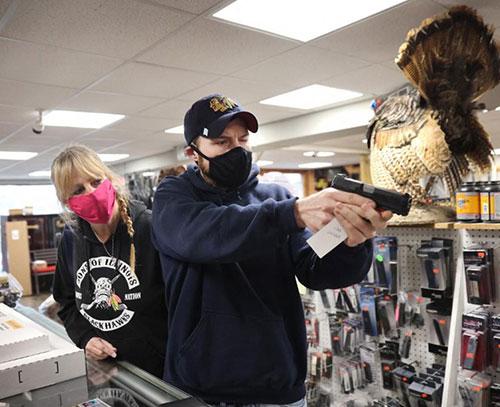 دادگاه استیناف فدرال آمریکا: افراد ۱۸ سال به بالا حق خرید و حمل اسلحه دارند