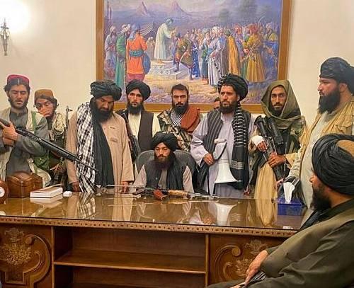 طالبان در ارگ ریاستجمهوری افغانستان؛ اغتشاش در فرودگاه کابل، انتقاد تند ترامپ از بایدن